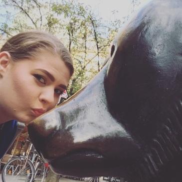 frankfurt-bull-and-bear-kissing-selfie